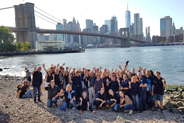 Gruppenfoto vor der Brooklyn Bridge